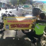 Bhabinkamtibmas Polsek Batu Kota Polres Batu Juga Pasang Slogan Himbauan Tertib Berlalu Lintas Di Sepeda Motor Binmas