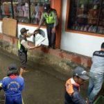 Bhabinkamtibmas Polsek Batu Polres Batu Bersama Warga Nyemplung Kali Adanya Antisipasi Banjir