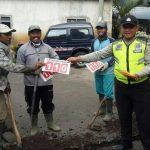 Anggota Bhabin Polsek Batu Polres Batu Sambang Pengurus Hippam Sosialisaikan Layanan Call Center 110 Dan Berikan Stiker 110