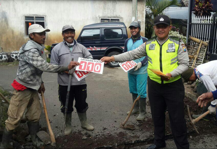 Anggota Bhabinkamtibmas Polsek Batu Polres Batu Patroli Sosialisasikan 110 Berikan Pelayanan Prima