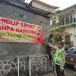 Anggota Bhabin Polsek Pujon Polres Batu Patroli Pemasangan Banner Tentang Bahayanya Narkoba Di Simpul Jalan