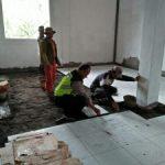 Bhabinkamtibmas Polsek Ngantang Polres Batu Bantu Lakukan Kerja Bhakti Pembangunan Puskesmas