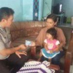 Patroli Jaga Wilayah Binaanya, Anggota Bhabin Polsek Batu Polres Batu Bagikan Kartu Reaktif Kepada Masyarakat
