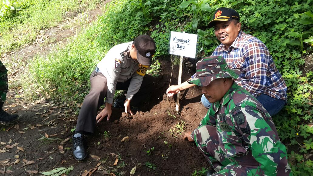 Agar Wilayah Hutan Kota Batu tetap Asri, Anggota Bhabin Polsek Batu Bersama 3 Pilar Giat Penghijauan