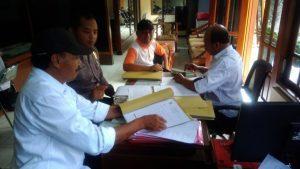 Awasi ADD, Bhabin Polsek Bumiaji Polres Batu Sambang Perangkat Desa
