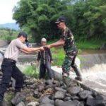 Polsek Junrejo Polres Batu Bantu Warga Kerja Bhakti yang Terkena Bencana Alam Guna Berikan Pelayanan Prima