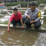Patroli Kamtibmas, Bhabinkamtibmas Polsek Batu Polres Batu Sambang Petani Ikan Untuk Menjaga Sinergitas