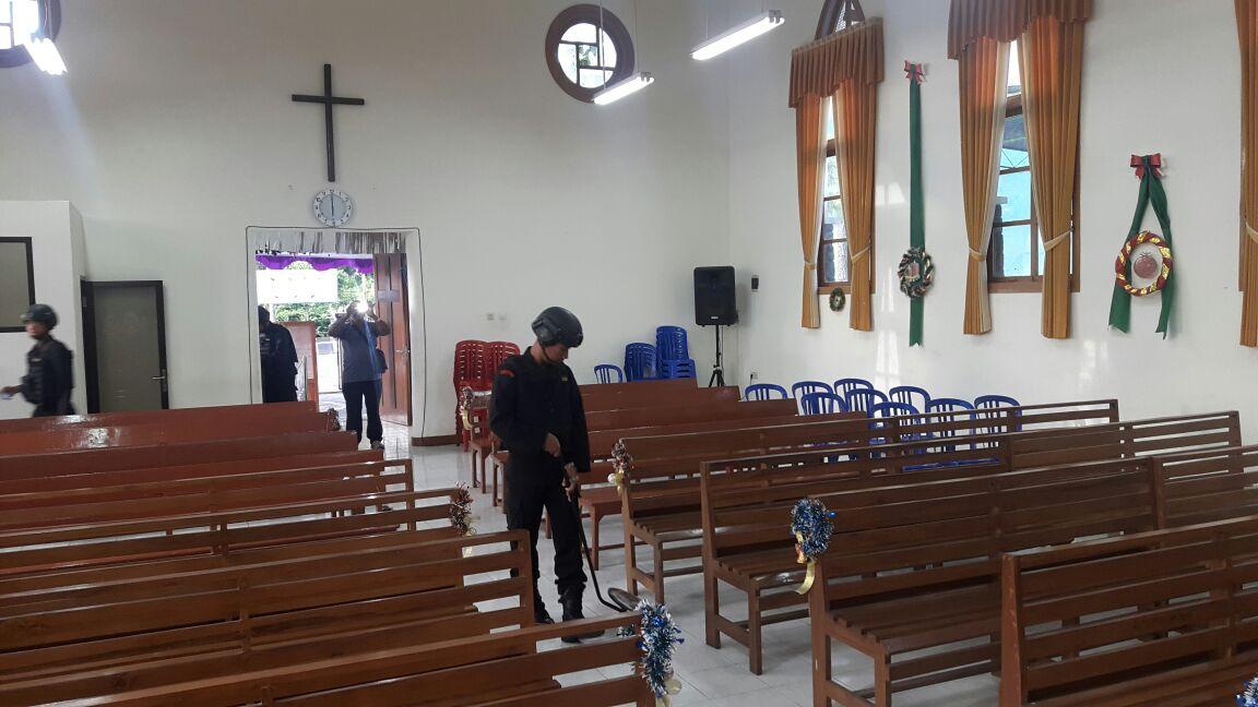 Polres Batu Dengan Regu Penjinak Bom Ampel Dento Malang Seterilisasi Gereja