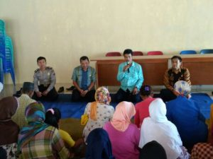 Anggota Bhabinkamtibmas Pendem Polsek Junrejo Polres Batu Sambang Silaturrahmi Menghadiri Pembagian Sembako