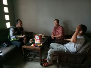 Anggota Bhabinkamtibmas Polsek Pujon Polres Batu Sambang Silaturrahmi Ke Tokoh Masyarakat Desa Binaan