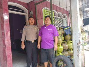 Anggota Bhabinkamtibmas Polsek Batu Polres Batu Sambang Ke Penyalur LPG 3 KG