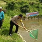 Bhabinkamtibmas Polsek Batu Polres Batu patroli dan Sambang Warga Bersama Kelompok Budidaya Perikanan