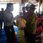 Bhabinkamtibmas desa Pandanrejo Polsek Bumiaji Polres Batu melakukan pengawasan melekat terhadap penyaluran Paket Sembako Gratis