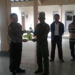 Bhabin Polsek Ngantang Polres Batu Membagikan Seragam Linmas Ke Anggota Linmas Desa Kaumrejo