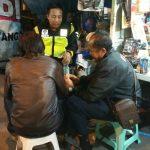 Buktikan kedekatan dengan PKL Alun-Alun Kota Batu, anggota Bhabinkamtibmas sambangi mereka
