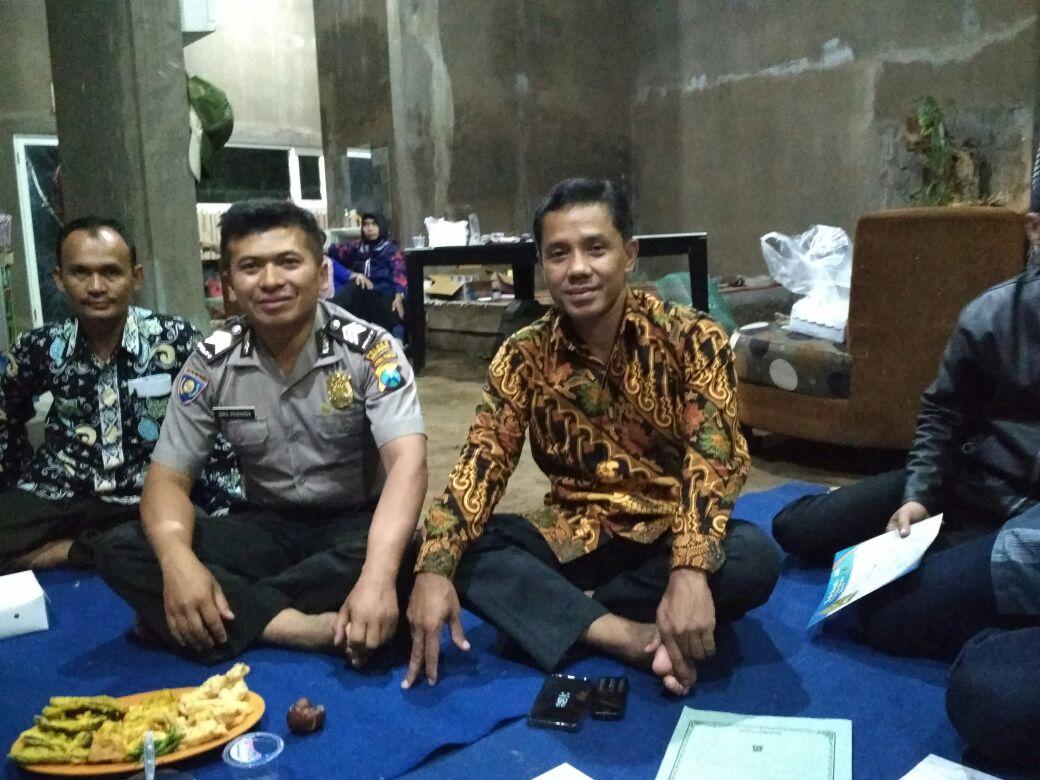 Anggota Bhabinkamtibmas Polsek Junrejo Polres Batu Hadiri Musyawaran Dusun di Desa Binaannya.