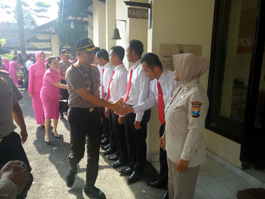 Kunker Kapolres Batu Beserta Ketua Bhayangkari Cabang Ke Polsek Pujon Polres Batu