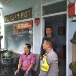 Bhabinkamtibmas Desa Pendem Polsek Junrejo Polres Batu Sambang DDS ke Pembuat Pot Bunga