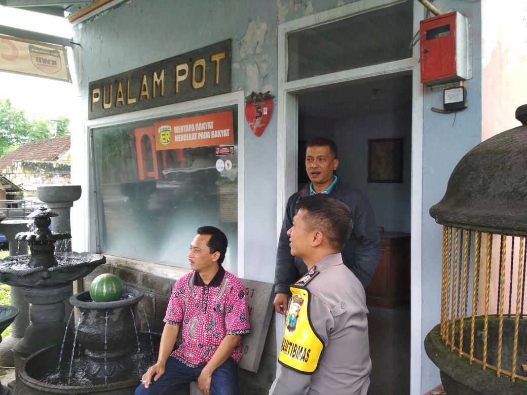 Bhabin Desa Pendem Polsek Junrejo Polres Batu Sambang DDS ke Pembuat Pot Bunga