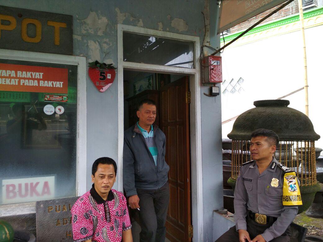 Anggota Bhabinkamtibmas Pendem Polsek Junrejo Polres Batu Sambangi DDS kepada pembuat pot bunga.