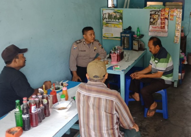 Anggota Bhabin Polsek Batu Polres Batu Sosialisasi Layanan Call Center 110 Kepada Warga