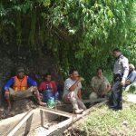 Bhabinkamtibmas Desa Mulyorejo Polsek Ngantang Sambang ke warga Pembangunan Irigasi Pengawasan & Pengawalan Penggunaan Dana Desa ( DD )