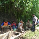 Anggota Bhabinkamtibmas Polsek Ngantang Polres Batu Berikan Patroli Sambang Ke warga Desa Binaan Yang Sedang Melaksanakan Kegiatan