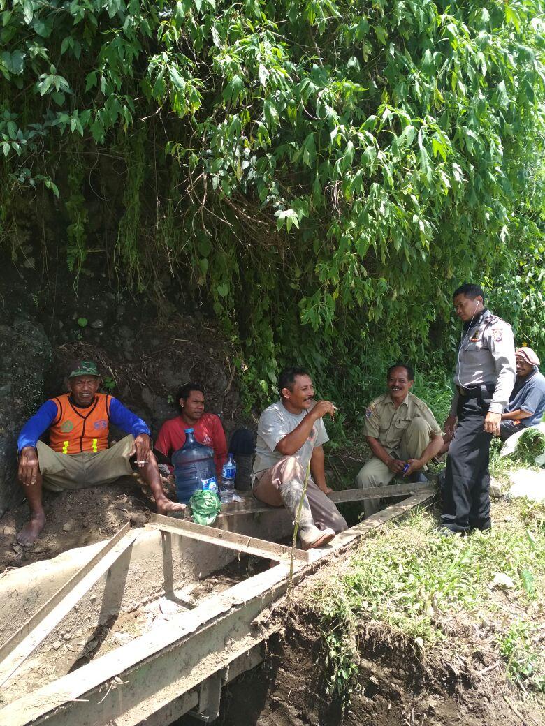 Bhabin Polsek Ngantang Polres Batu Lakukan Sambang ke warga Membangun Irigasi Pengawasan