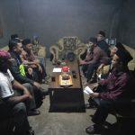 Anggota Polsek Pujon Polres Batu Ajak Warga Ngopi Bersama Dalam Menjaga Harkamtibmas Aman Kondusif