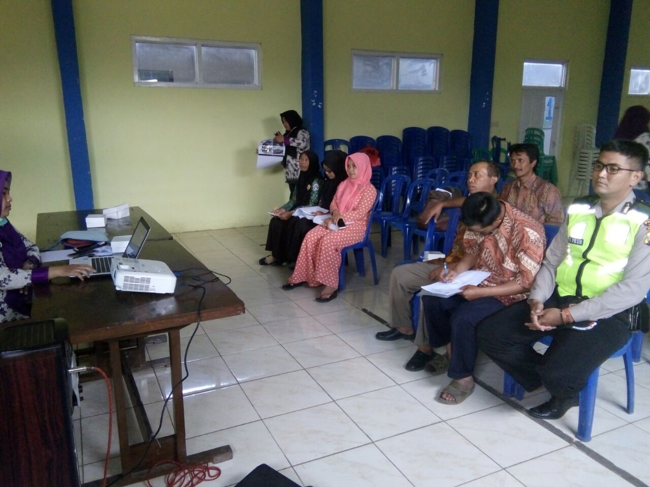 Anggota Bhabin Polsek Pujon Polres Batu Hadir Dalam Giat Musyawarah Mufakat Desa Dan Berikan Himbauan Kamtibmas