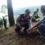 Anggota Bhabin Polsek Batu Kota Polres Batu Penghijauan Lingkungan Dengan Bhabinsa