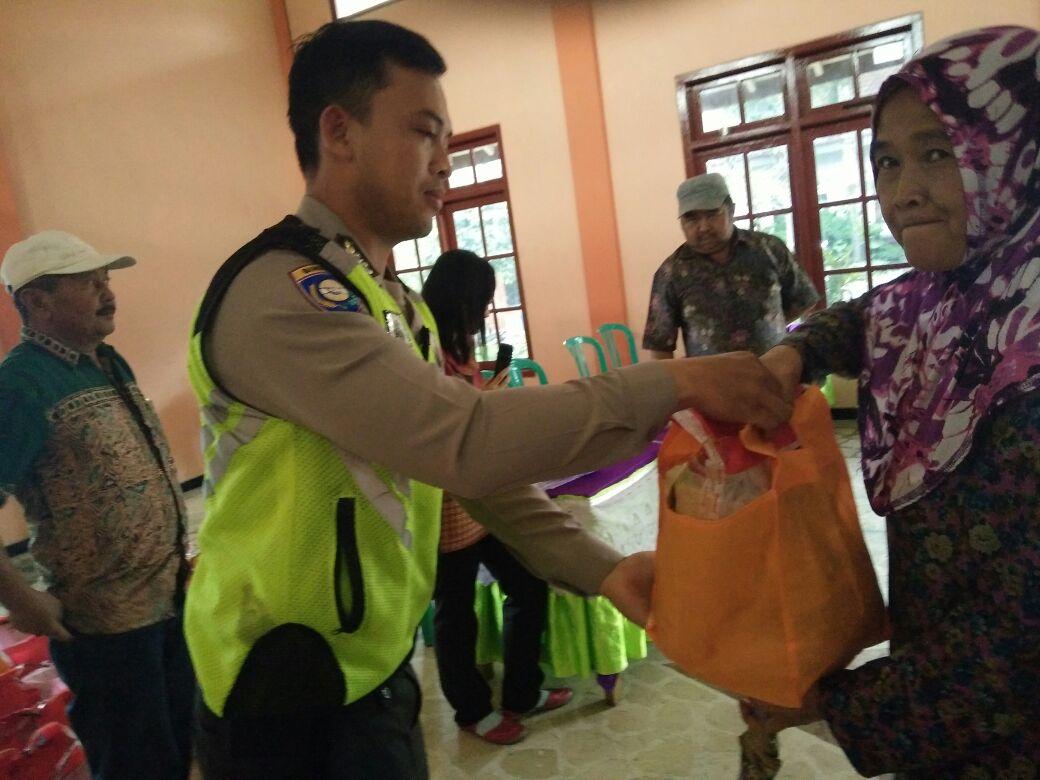 Anggota Bhabin Polsek Bumiaji Polres Batu Hadir Dalam Pengamanan Paket Sembako Di Desa Binaan