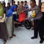 Anggota Bhabinkamtibmas Polsek Junrejo Polres Batu Lakukan Pengamanan Pembagian Sembako dari Pemkot Batu