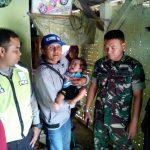 Bhabinkamtibmas Polsek Bumiaji Polres Batu bersama Perangkat Desa Mengecek Kondisi Keluarga Bayi Yang Menderita Sakit Hydrosepalus