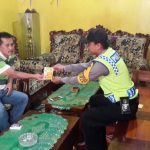 Laksanakan Sambang Desa, Anggota Sat Binmas Polres Batu Berikan Kartu Reaktif Kepada Tokoh Agama