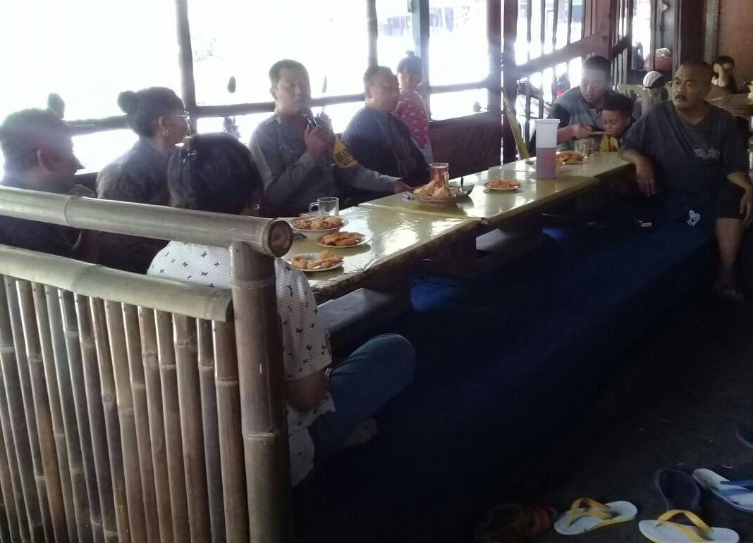 Anggota Bhabinkamtibmas Polsek Batu Polres Batu Memberikan Binluh Ke Pada Paguyuban Pedagang Jagung Bakar
