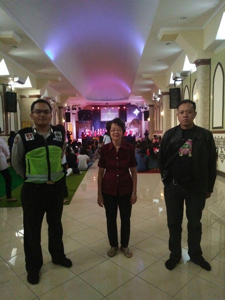 Anggota Polsek Batu Polres Batu Melaksanakan Pam Hari Raya Natal di Gereja Dispora Kota Batu