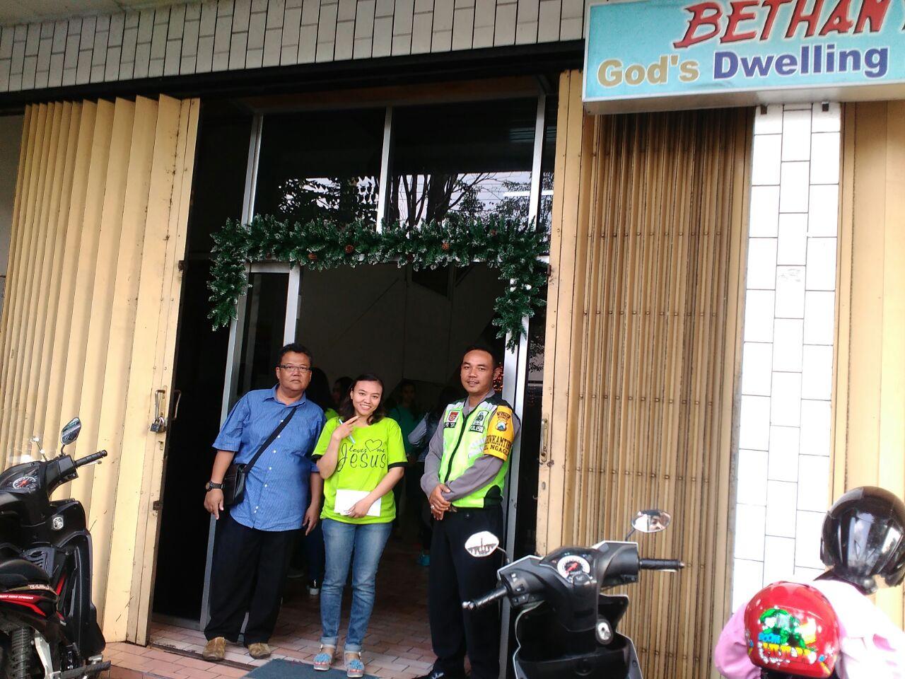 Anggota Bhabinkamtibmas Polsek Batu Polres Batu Melakukan Giat Pengamanan Ibadah Natal Anak Sekolah Minggu Gereja Bethany Indonesia