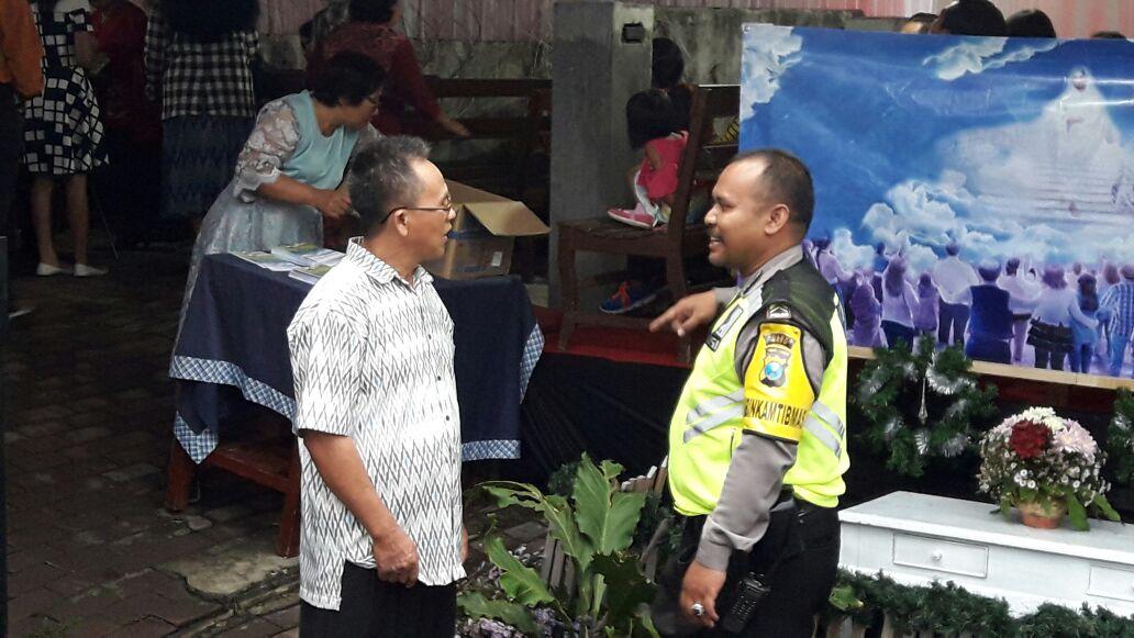 Bhabinkamtibmas Desa Mojorejo Polsek Junrejo Polres Batu Melaksanakan Dialogis Dengan Umat Kristiani Yang Sedang Beribadah