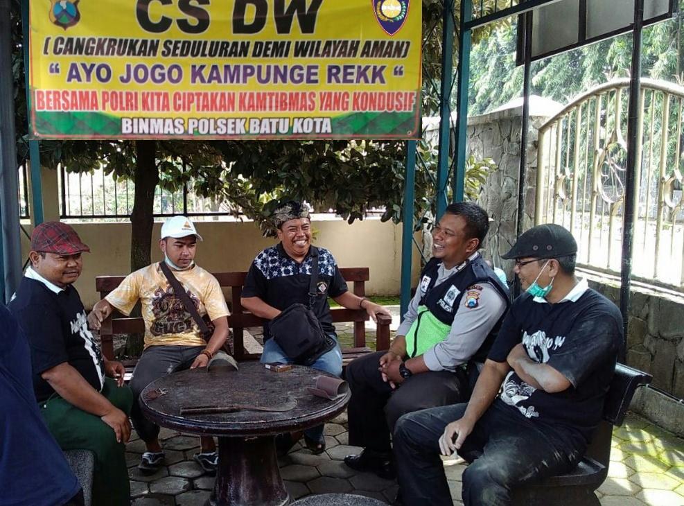 Cangkrukan Bersama Demi Wilayah Aman Kanit Binmas Polsek Batu Kota Polres Batu