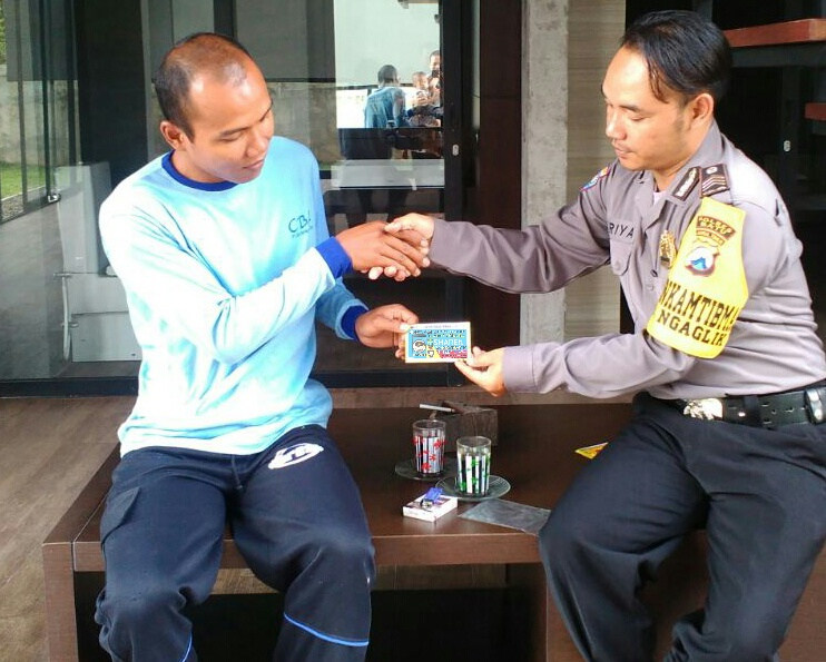 Membagikan Kartu Sahabat Reaktif Program 1 hari 1 Kawan Ngaglik Polsek Batu Kota Polres Batu