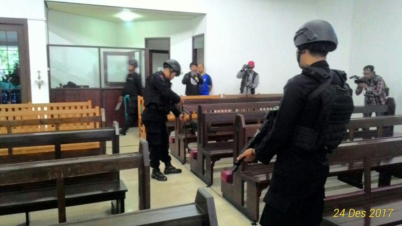 Polres Batu Bersama Dengan Ji bom dari Ampel Dento malang Melakukan Seterilisasi Gereja yang ada di Batu