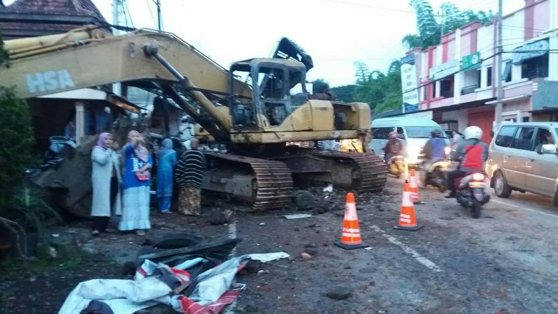 Anggota Polres Batu Berikan Pelayanan Pemeriksaan Dan Giat Penanganan Laka Tunggal Di Jln, Ir Sukarno Kota Batu