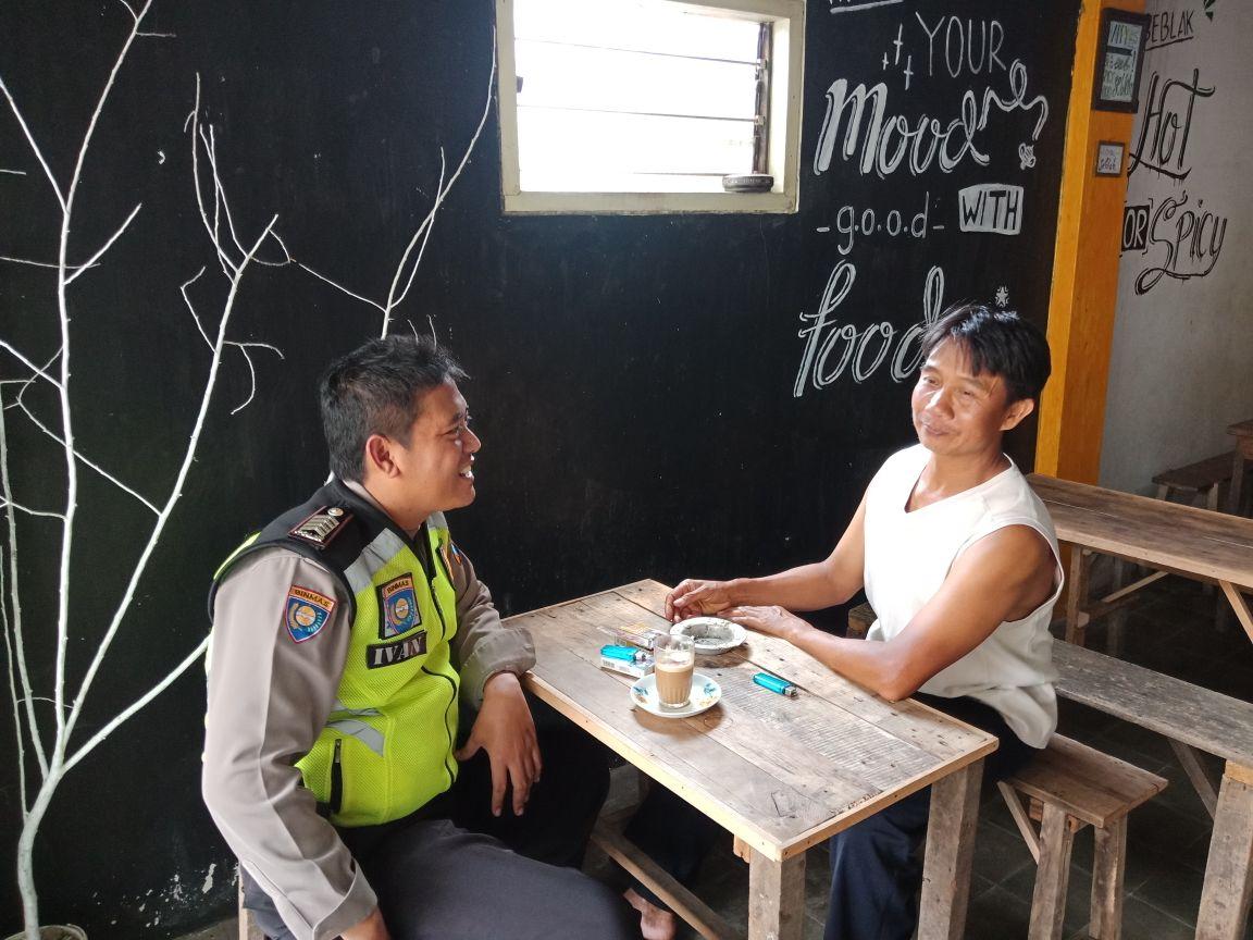 Anggota Bhabinkamtibmas Polsek Batu Kota Polres Batu Door To Door System Kunjung Tokoh Masyarakat Desa Sumberejo