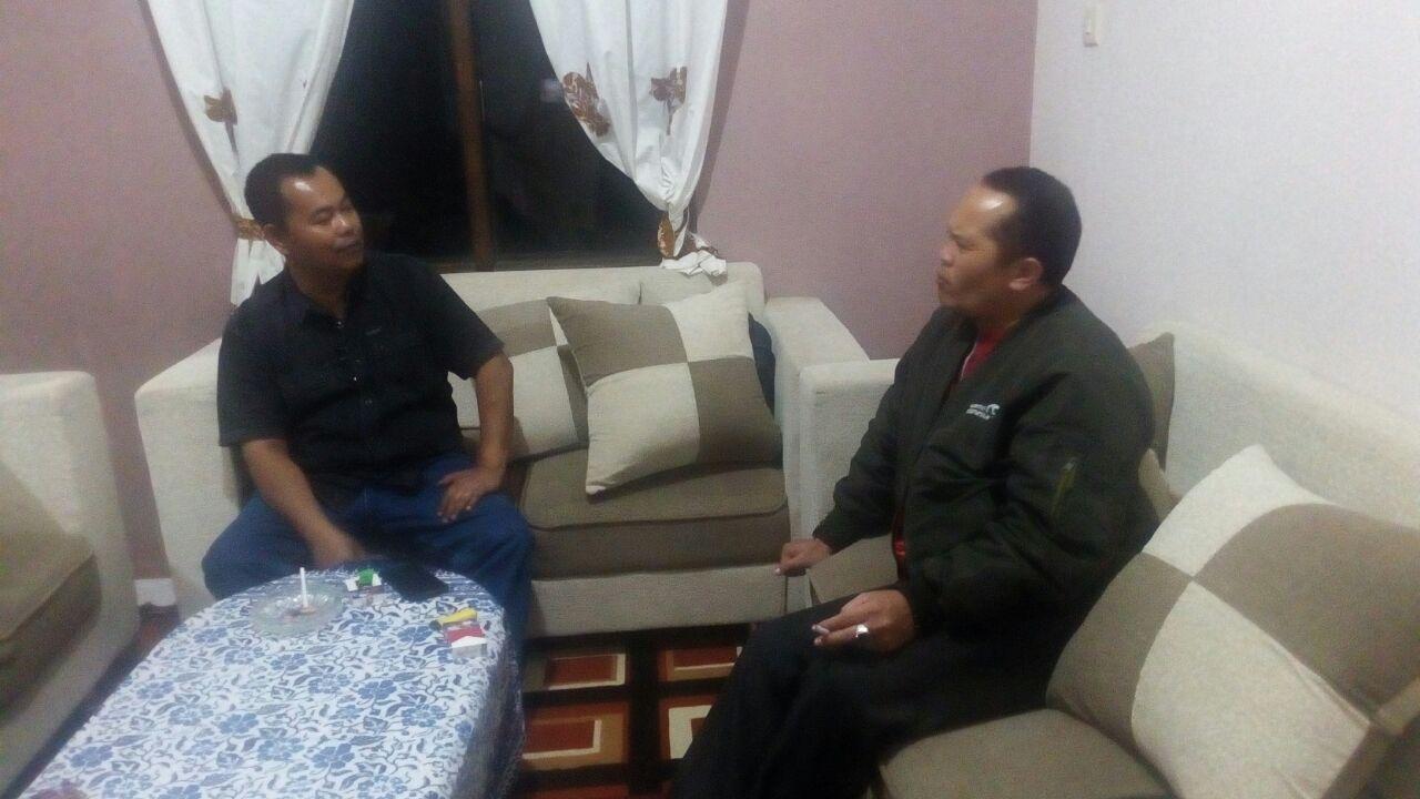 Ciptakan Kenyamanan Wilayah, Anggota Polsek Pujon Polres Batu Sambang Ke Kades Desa Binaanya