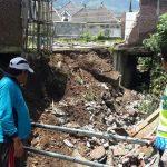Anggota Polsek Batu Kota Polres Batu Tangani Dengan Gerak Cepat Terkait Bencana Alam Longsor