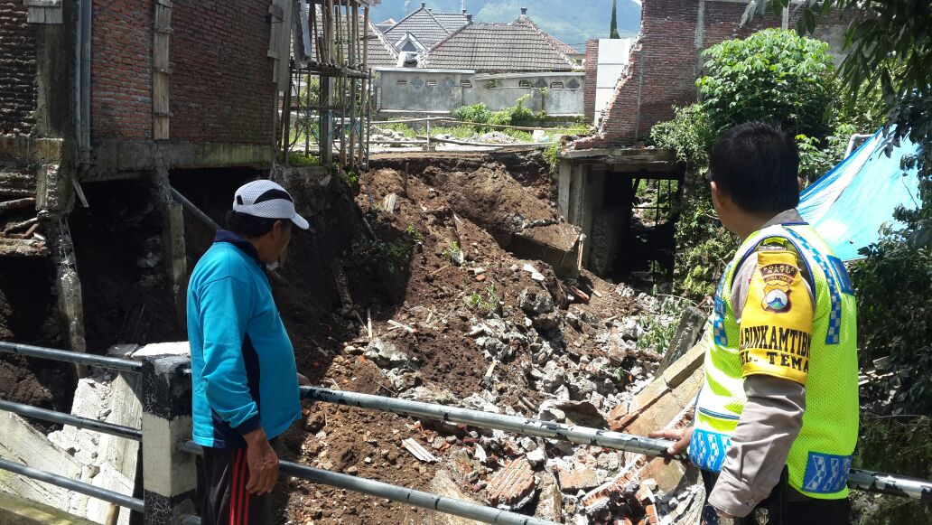Polsek Batu Kota Polres Batu Tangani Dengan Gerak Cepat Terkait Bencana Alam Longsor