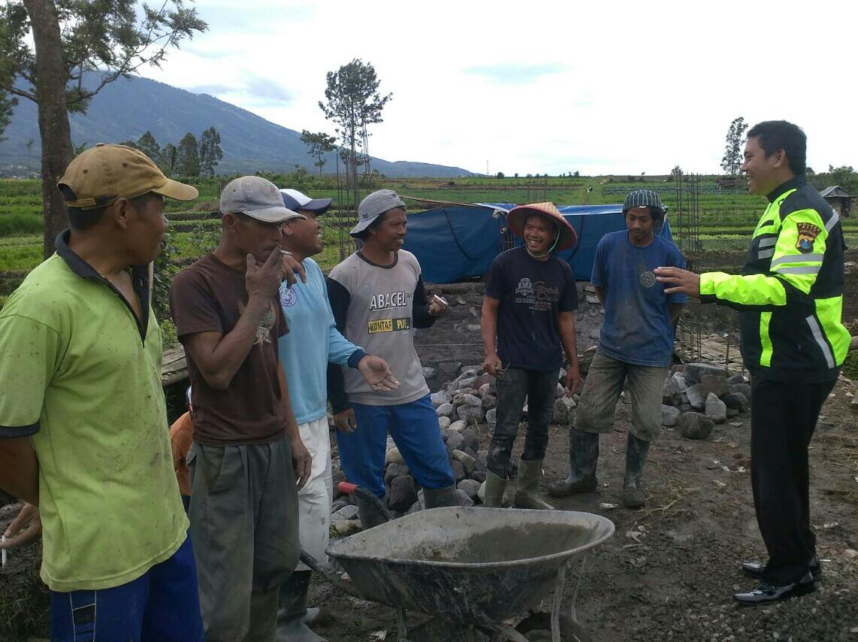 Wujud Pengawasn Dana Desa Anggota Bhabin Polsek Batu Polres Batu Cek Proyek Pembangunan Jembatan