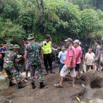 Kapolsek Pujon Bersama – sama Anggota Bantu Warga Pasang Pelengsengan Di Lokasi Tanah Longsor Wilayah Polsek Pujon