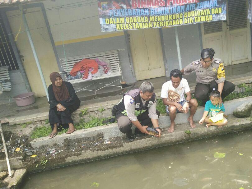 Anggota Bhabinkamtibmas Desa Pesanggrahan Polsek Batu Kota Polres Batu Mengembangkan Binmas Pioneer Budidaya Ikan Air Tawar